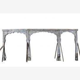 Holzeschnitzter, aufwendig verarbeiteterTorbogen auf 4 Säulen