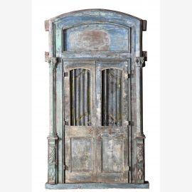 Mächtige Holztür mit aufwendigem Bogen und Rahmen