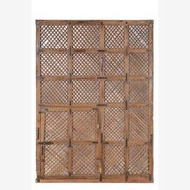 Großes Gitterfenster aus hellem Teakholz nach indischer Art