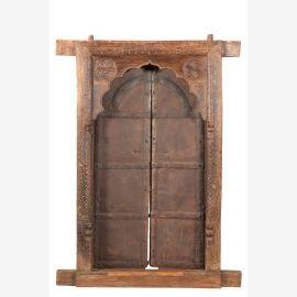 Massive Holztür mit aufwendigen Schnitzereien und gebogenem Türrahmen