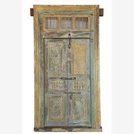 Hölzerne Tür mit feinen Schnitzereien aus Indien