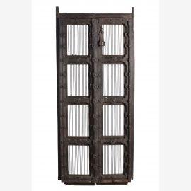Holzverarbeitete Tür mit eisernen Gitter Elementen