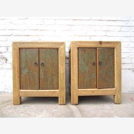 Zwei asiatische Nachschränkchen aus Naturholz