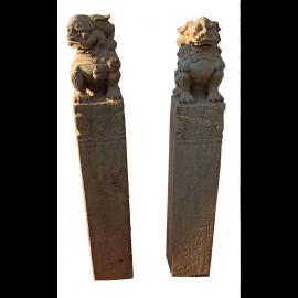 Fu Dog Tempel Loewe Paar Marmor auf Saeule Bildhauerarbeit