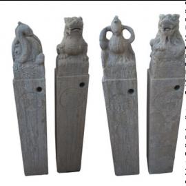 Fu Dog  Quadriga Mythen Figuren Sandstein auf Saeule Bildhauerarbeit