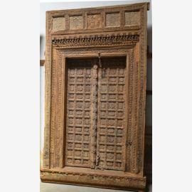 Vollholztür aus Indien mit Schnitzereien gestaltet.
