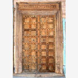 Natürliche Holztür aus Indien mit einfachen Schnitzereien.