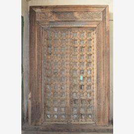 Indische Tür aus robustem Holz mit Schnitzereien veredelt.