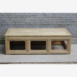 Massivholztisch aus China mit geometrischen Ausschnitten.