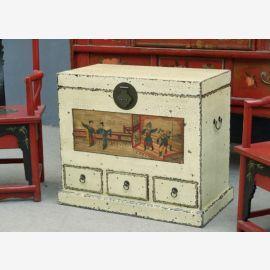Die chinesische Truhe ist aus Vollholz gefertigt im Used-Look
