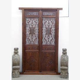Die chinesische Tür aus dunklem Hartholz mit aufwendigen Details