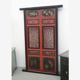 Die chinesische Tür aus natürlichem Holz wurde mit vielen Details versehen