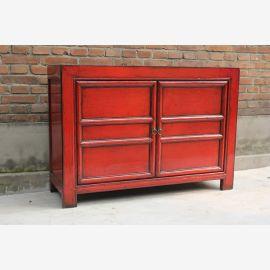 Klassischer Echtholzschrank aus China in kräftigem Rot.