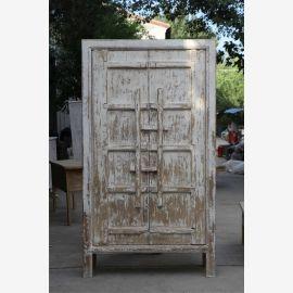 Moderner Schrank massiv in Elfenbein im Used-Look mit Schließen