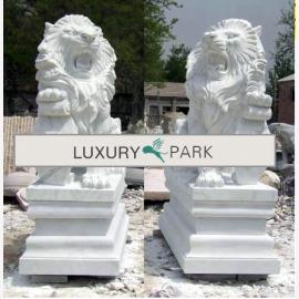 Asien mächtiges Löwen Paar Skulpturen auf Sockeln weißer Marmor