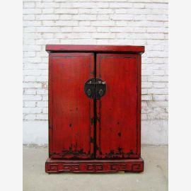 China Kolonialstil kleine Theke Barschrank Pinie mit Metallbeschägen. Die Kommode wird aus antikem Holz in traditioneller Weise in reiner Handarbeit in China gefertigt. Der Schrank kann daher in jedem Detail auch nach Wunsch geändert werden.