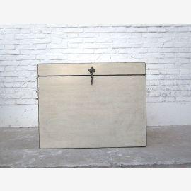 Katzentoilette China Truhe weißer Lack Metallbeschlag Schmuckstück von Luxury Park