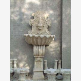 Antiker Wandbrunnen auf Sockel halbrunde Schale weißer Marmor