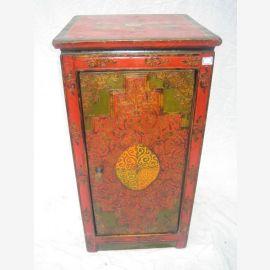 Tibet Schrank in traditionellem Design in Rot und Grün gehalten. Naturholz