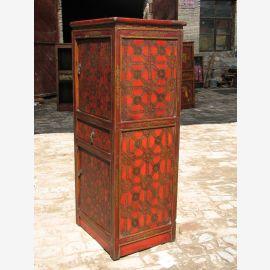 Schrank aus Tibet aus Vollholz in Rot und Braun gehalten. Mit feinem Muster.