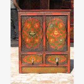 Vollholzschrank aus Tibet. Aufwendig gestaltet und im Shabby Schick Style.