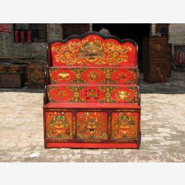 Tibetanische Anrichte aus natürlichem Holz in traditionellem Designe mit feiner Zierde.