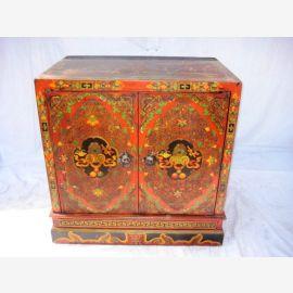 Tibetanischer Vollholzschrank im traditionellen Look mit fein ausgearbeiteten Details.