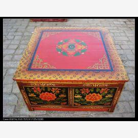 Vollholztisch aus Tibet mit aufwendiger Zierde in ausdrucksstarken Farben.